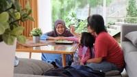 <p>Asiknya <em>quality time</em> di rumah. Wah, gemas ya liat keluarga ini. (Foto: Instagram @achmadzaky)</p>