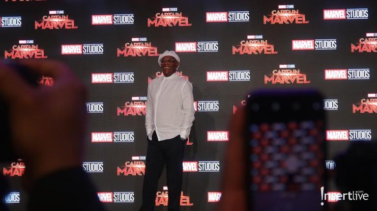 Samuel L Jackson yang berperan sebagai Nick Furry tampil kece dengan kemeja dan topi berwarna putih.