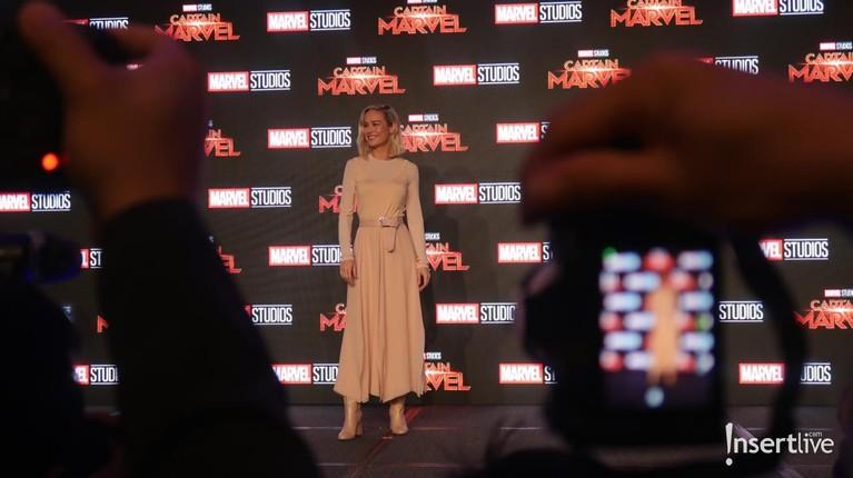 Sang Captain Marvel, Brie Larson tampil memukau dengan dress bernuasa pink yang membuat auranya semakin terlihat cantik.