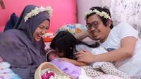 <p>Kebahagiaan menyambut anak kedua Noura Salima yang lahir 3 September 2017. <em>So sweet</em> ya, Bun. (Foto: Instagram @achmadzaky)</p>