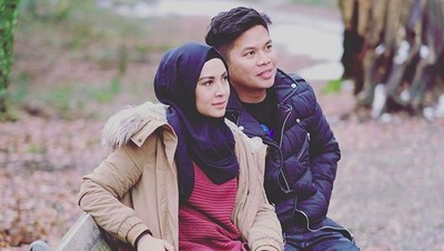 Sweet! Potret Kemesraan Ratna Galih dan Suami