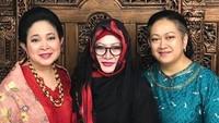 <p>Titiek Soeharto bersama kakak dan adik perempuannya, Tutut dan Siti Hutami Endang Adiningsih atau dikenal dengan Mamiek Soeharto. Kompak! (Foto: Instagram/ @titiksoeharto)</p>