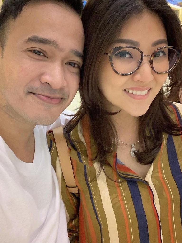 Tentu Insertizen setuju, jika Ruben Onsu dan Sarwendah menjadi salah satu pasangan paling romantis. Kehidupan rumah tangga mereka bahkan jauh dari berita miring.