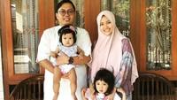 <p>Lebaran pertama dengan anggota keluarga yang komplit. Kompak banget ya. (Foto: Instagram @achmadzaky)</p>