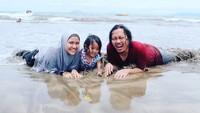 <p>Main bareng di pantai. Laiqa seneng banget main pasirnya tuh. (Foto: Instagram @achmadzaky)</p>