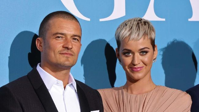 British actor Orlando Bloom (L) and US singer Katy Perry pose upon their arrival at the 2nd Monte-Carlo Gala for the Global Ocean 2018 held in Monaco on September 26, 2018. - On September 26, 2018, the Prince Albert II of Monaco Foundation will hold its second Monte-Carlo Gala for the Global Ocean, a major fundraising event in the heart of Monte Carlo, in order to support its worldwide initiatives in favor of a sustainable ocean, a crucial issue calling for immediate and collective action. (Photo by Valery HACHE / AFP)