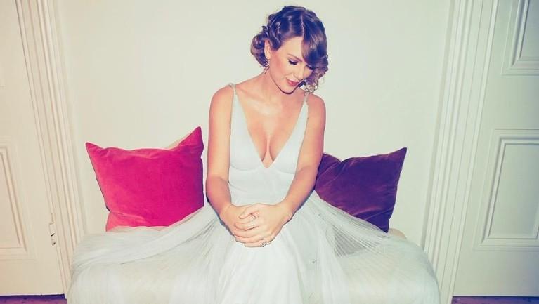 """Siapa sangka penyanyi terkenal Taylor Swift sempat vakum dari media sosial? Pelantun Shake It Off ini menuliskan """"People might need a break"""" sebelum ia berhenti menggunakan Instagram dan Twitternya."""