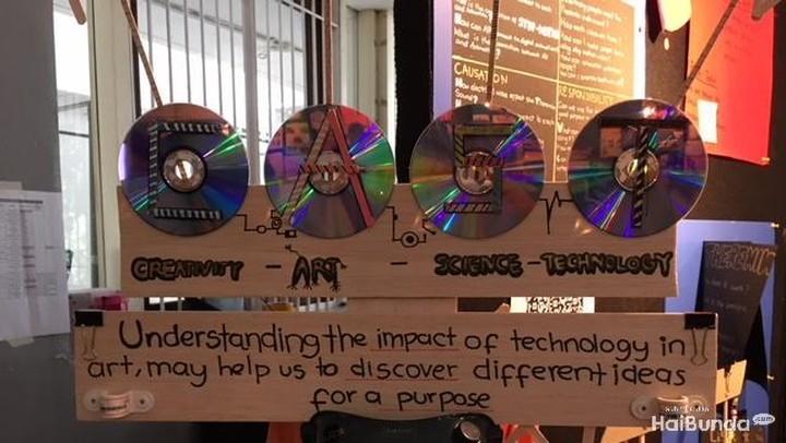<p>Ada yang menerapkan teknologi dalam seni seperti display pameran berikut.</p>