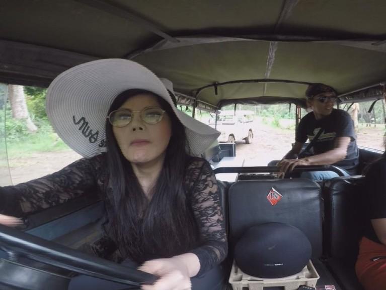 Meski selalu terlihat feminin, Dita ternyata juga bisa mengendarai Jeep lho.