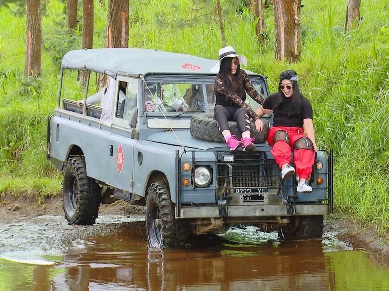 Walaupun menakutkan, Dita dan Boiyen berani duduk didepan Jeep sambil menikmati pemandangan alam sekitar.