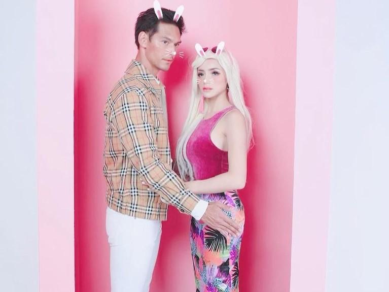 Beda dari yang lain, Jessica Iskandar dan Richard Kyle mengusung tema karakter Barbie dan Ken dalam merayakan Valentine tahun ini. Gimana nih masih kelihatan mesra kan?