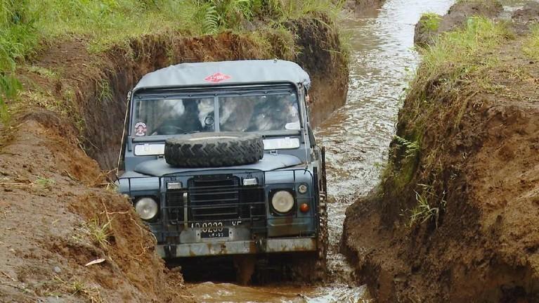 Memicu adrenalin, Dita ditemani Boiyen melewati jalur yang ekstrem dalam offroadnya di Cikole, Lembang, Jawa Barat.