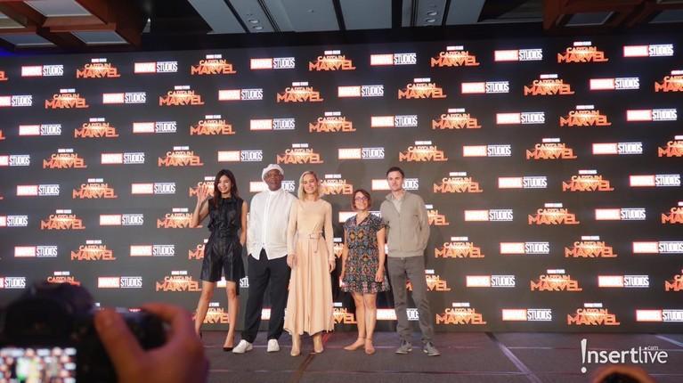 Para pemain Captain Marvel beserta sutradara berfoto bersama.