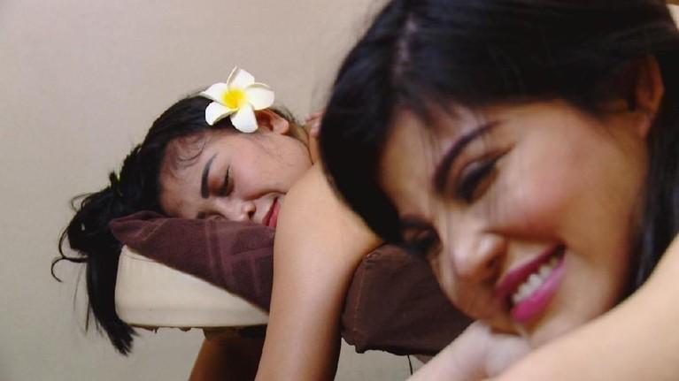 Keesokan harinya, Dita dan Boiyen menikmati relaksasi dengan spa di Hotel Intercontinental, Jawa Barat.