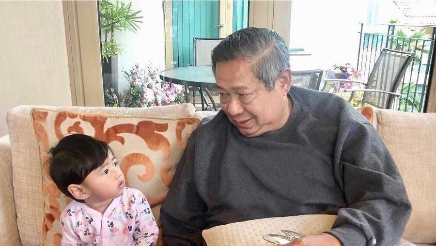 Cute! Momen SBY Dihibur Cucu Saat Jaga Ani Yudhoyono