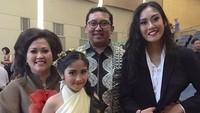 <p>Di balik sosoknya yang kontroversial di dunia politik, Fadli Zon adalah suami dan ayah yang dekat dengan keluarga. (Foto: Instagram @shafa_fadli)</p>