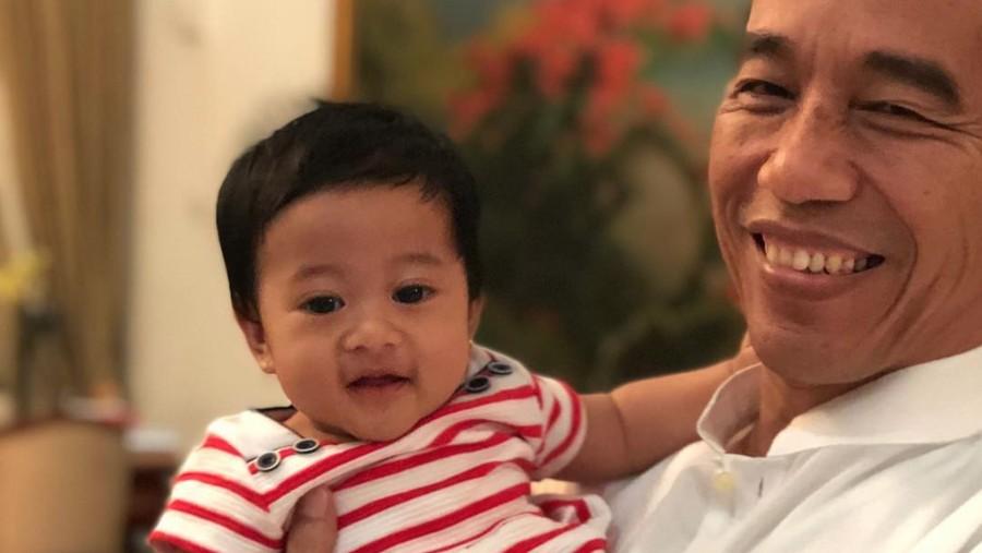 Santai Sebelum Nyoblos Ala Jokowi: Main Bersama Cucu Tercinta