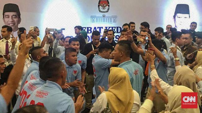 Massa pendukung Joko Widodo dan Prabowo Subianto adu yel-yel di lokasi debat jelang debat kedua Pilpres 2019.