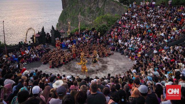 Jangan kaget saat melihat penari mengenakan masker, karena itu jadi salah satu protokol kesehatan Tari Kecak di Bali.
