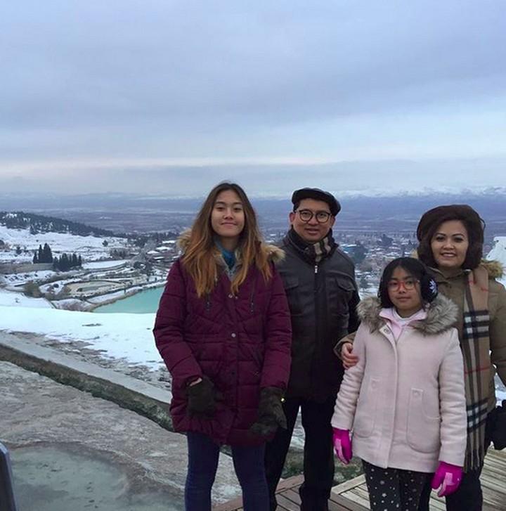 Wakil Ketua DPR RI, Fadli Zon rupanya sangat hangat dengan keluarga. Intip yuk, potret Fadli beserta keluarga, yang jarang terekspos.