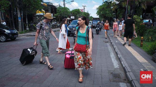 Pemerintah melarang turis dari negara yang memiliki positivity rate Covid-19 di atas 5 persen masuk ke Bali saat kedatangan internasional dibuka 14 Oktober.