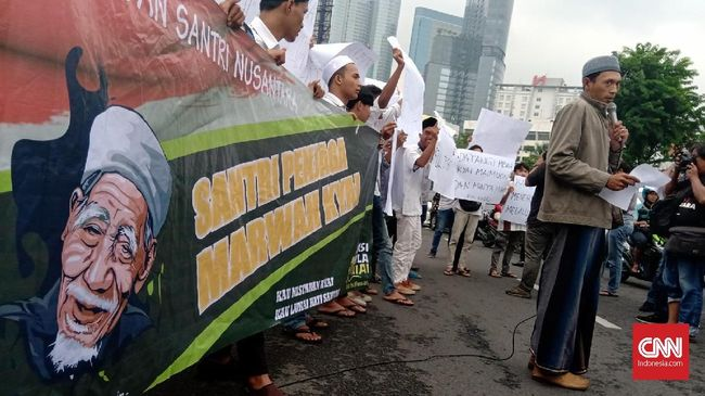 Jaringan Santri Nusantara (JSN) mengaku akan melaporkan Fadli Zon ke kepolisian terkait puisinya 'Doa yang tertukar' jika tak minta maaf langsung ke Mbah Moen.