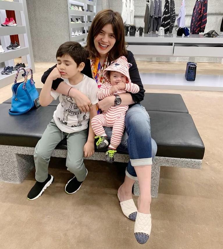 Carissa Puteri bersama kedua putranya yang tampan dan menggemaskan. Carissa juga tetap awet muda, hot mama banget!