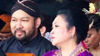 "<p>Seperti saat menghadiri acara di Monas nih, Bun.<a href=""https://news.detik.com/berita/d-4420889/titiek-soeharto-pilih-caleg-dari-partai-pendukung-prabowo-sandi"" target=""_blank"">Titiek Soeharto</a> <em>happy</em> banget didampingi putra semata wayangnya. (Instagram/ @titieksoeharto)</p>"