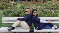 <p>Walau usia tak lagi muda, untuk urusan pose foto bareng pasangan ini cukup gaul lho. He-he-he. (Foto: Instagram/ @febri.sjofjan) </p>