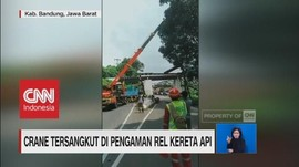 Crane Tersangkut di Pengaman Rel Kereta Api