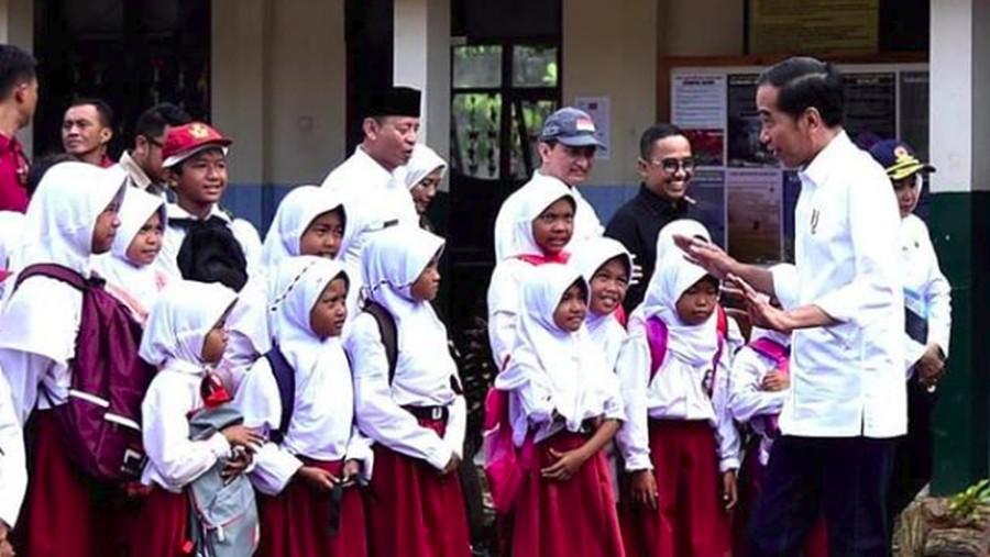 Saat Jokowi Ajari Anak-anak Tanggap Gempa