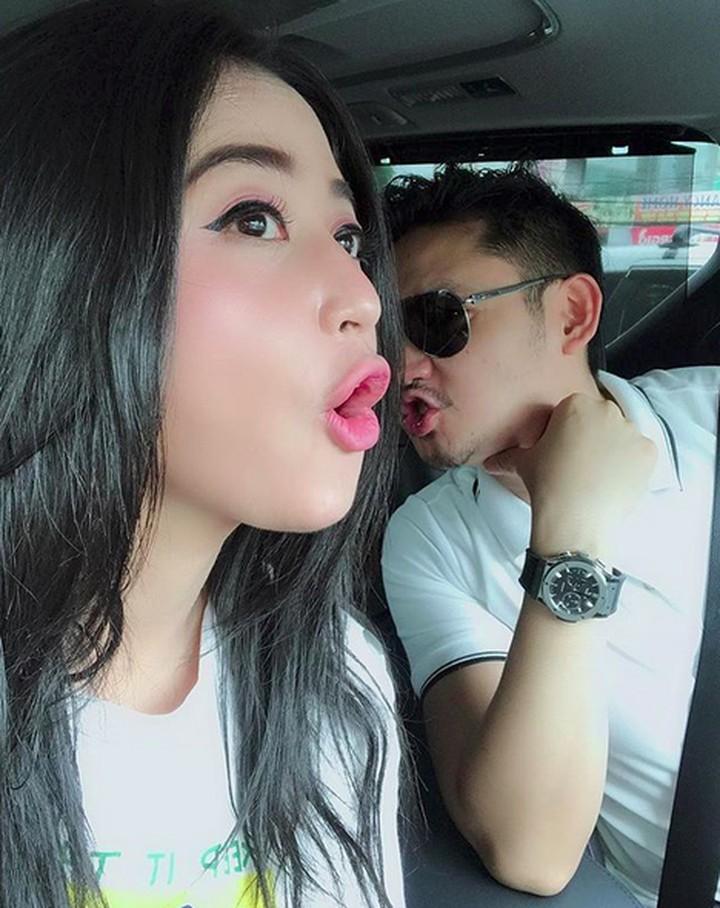 Menikah dengan sang manajer, rupanya membuat hidup Dewi Perssik terlihat lebih bahagia bersama suami.
