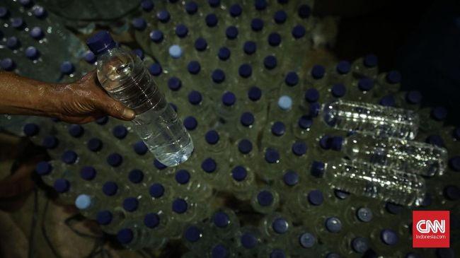 Polisi mengamankan Sebanyak 2.400 liter minuman keras jenis sopi di Pelabuhan Yos Sudarso Ambon, Jumat (7/2), yang coba diselundupkan ke Papua dan Manado.