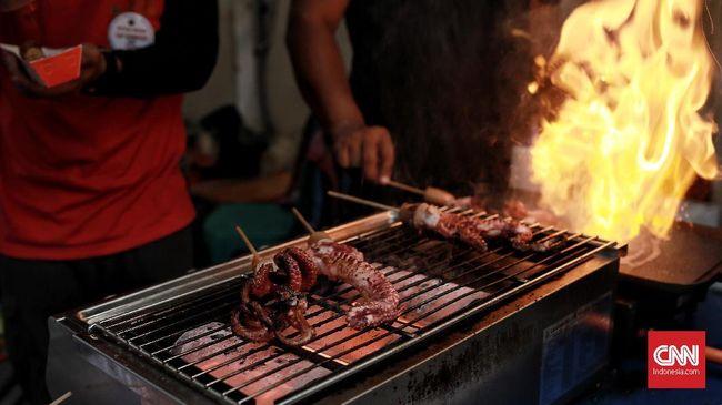 Beragam kuliner seperti Sate Gurita dan Cumi mengambil bagian dalam Festival Pecinan 2018 di Glodok. Jakarta, Selasa 19 Februari 2019. CNN Indonesia/Andry Novelino