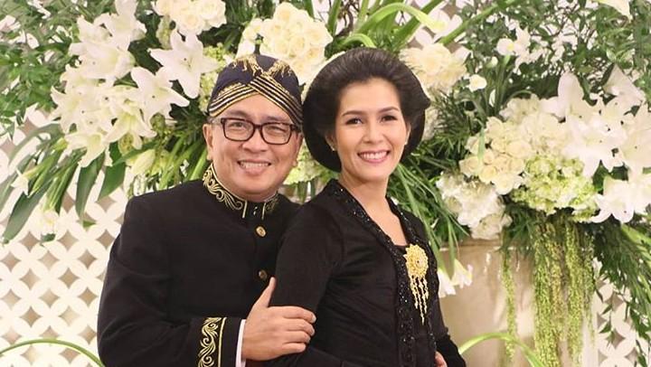 <p>Kompak abis! Helmy dan Febri mengenakan pakaian adat Jawa saat mengunjungi Yogyakarta. (Foto: Instagram/ @helmyyahya)</p>
