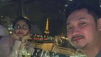 <p>Keren banget nih makan malam di restoran sekitar menara Eiffel. (Foto: Instagram @dewiperssikreal)</p>