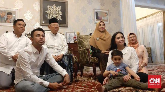 Raffi Ahmad dan keluarganya di kediaman Ma'ruf Amin