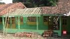 VIDEO: Atap Madrasah Ambruk, Siswa di Tegal Belajar Lesehan