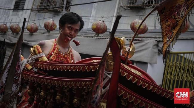 Mereka juga membawa iring-iringan Tatung (dewa leluhur) dan Toapekong. (CNN Indonesia/Adhi Wicaksono)