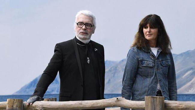 Spekulasi soal siapa penerus Karl Lagerfeld telah berakhir. Virginie Viard didapuk sebagai perancang rumah mode Chanel di masa depan.