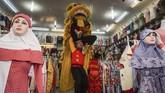 Pertokoan pun merayakan Cap Go Meh. Pemain Barongsai berkeliling toko dan mengambil angpao pada perayaan Cap Go Meh di kawasan pertokoan, Coyudan, Solo, Jawa Tengah. (ANTARA FOTO/Mohammad Ayudha)