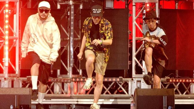 INDIO, CA - APRIL 17: (L-R) Mithra Jin, DJ Tukutz, and Tablo of Epik High perform onstage during day 3 of the 2016 Coachella Valley Music And Arts Festival Weekend 1 at the Empire Polo Club on April 17, 2016 in Indio, California.   Michael Tullberg/Getty Images for Coachella/AFP