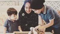 <p>Kalau lihat dari beberapa unggahan Instaram miliknya, Risty sering mengenalkan anak-anaknya dengan hewan. (Foto: Instagram @ristytagor)</p>