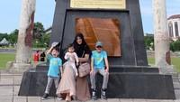 <p>Bergaya dulu ah depan patung bersejarah. Kompak ya, Bun. (Foto: Instagram @ristytagor)</p>