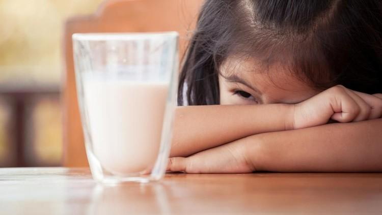 Si kecil alergi protein susu sapi? Coba beri dia susu soya dan terapkan trik ini supaya anak mau minum susunya, Bun.