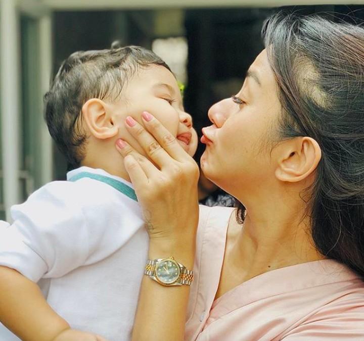 Kirana Larasati sangat dekat dengan anak semata wayangnya, Kyo Karura Gantama. Intip foto Kirana Larasati yang sering menghabiskan waktu bersam Kyo, yuk!