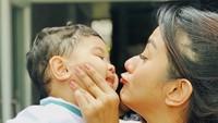 <p>Saking gemasnya, muka Kyo diapain ya sama Mama Kirana? Untungnya Kyo nurut, jadi makin lucu deh aksi mama dan anak satu ini. (Foto: Instagram/ @kiranalarasati)</p>
