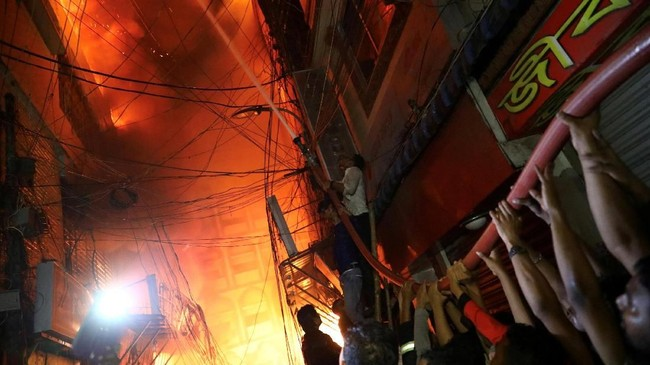 Kebakaran hebat terjadi di Pasar Chawkbazar di Ibu Kota Bangladesh, Dhaka. Sebanyak 70 orang meninggal dalam peristiwa itu.
