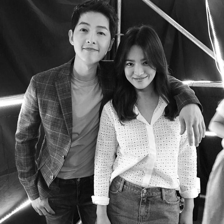 Hye Kyo pun memutuskan menikah dengan lawan mainnya di drama Descendants of the Sun, Song Joong Ki. Mereka pun menikah pada 2017 lalu. Namun, kini rumah tangga keduanya dikabarkan retak. Joong Ki pada Kamis (27/6) menggugat cerai Hye Kyo.