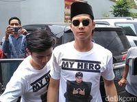 Gaya Al Ghazali Pakai Kaus 'my Hero' Jenguk Ahmad Dhani Ke Rutan